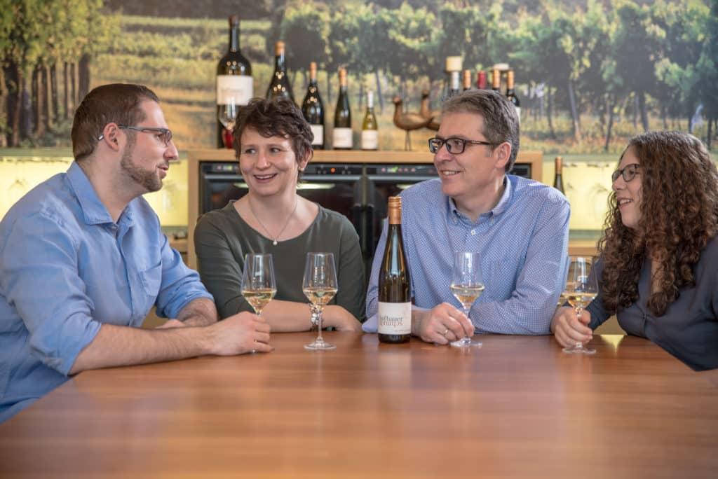 Familie Hofbauer-Schmidt mit Weingläsern bei Tisch