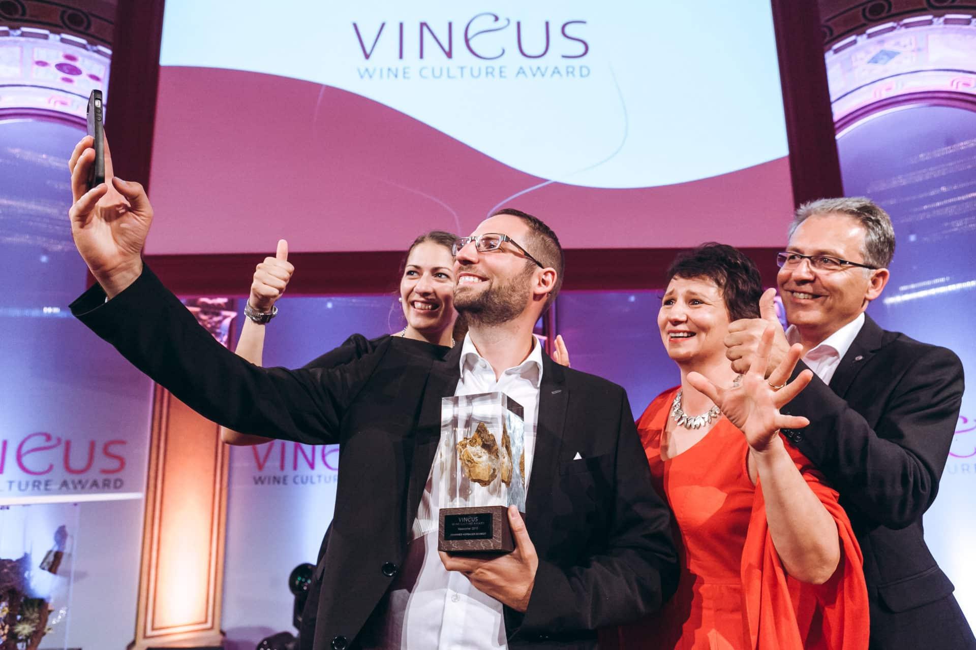 Familie Hofbauer-Schmidt freut sich über Vineus Auszeichnung