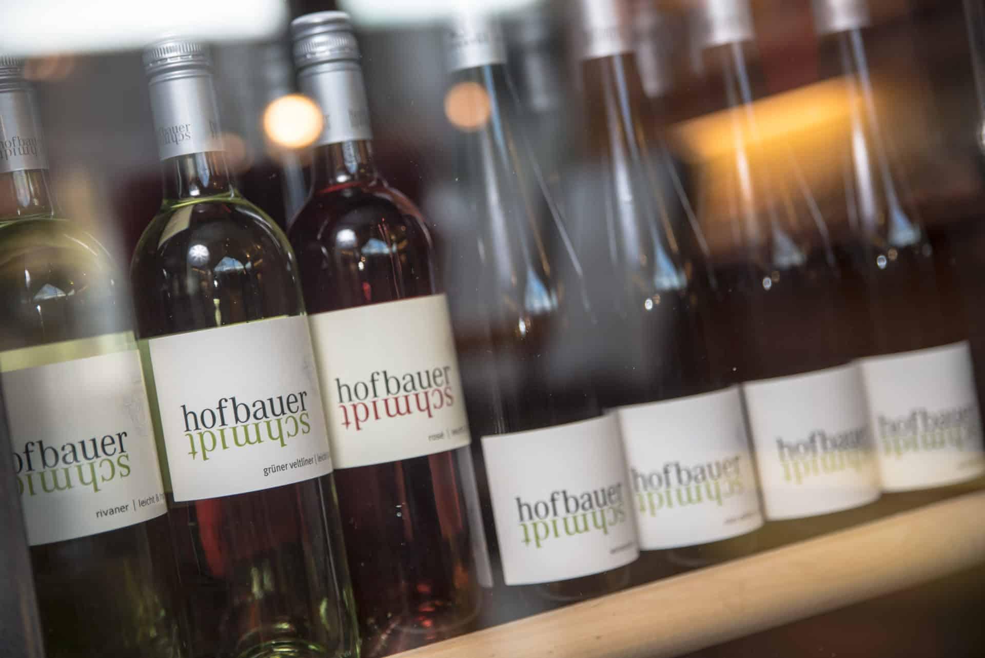 Weinflaschen in einem Regal