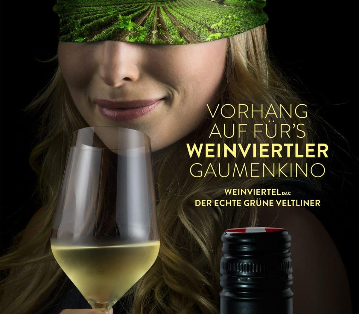 Frau kostet Wein mit verbundenen Augen. Text im Bild Weinviertler Gaumenkino